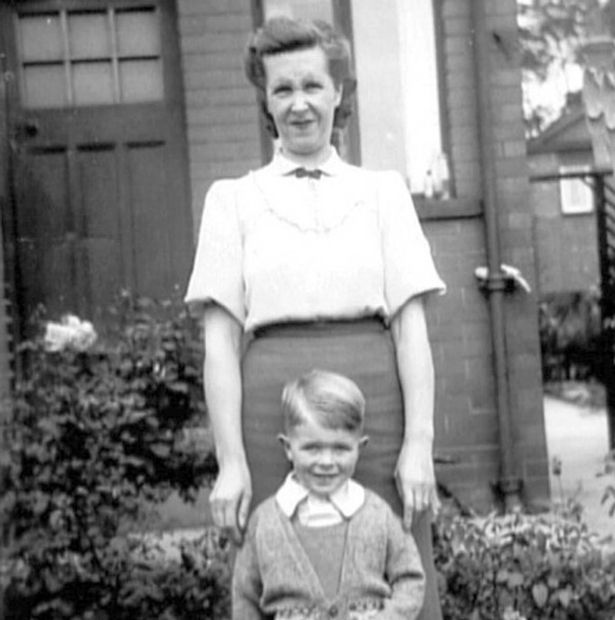 Young-David-Bowie-with-his-mom-Peggy-Jones
